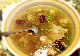 老母鸡汤与公鸡汤的功效有什么区别,女人坐月子适合喝哪种