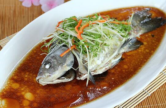 清蒸鱼想要好吃又简单,做法中有几个窍门一定要掌握