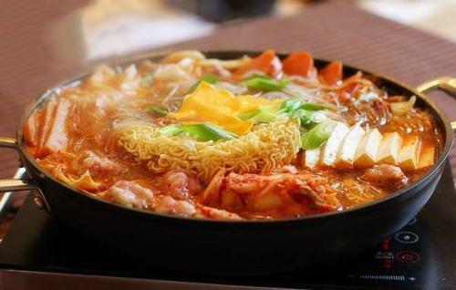韩式部队火锅的家常做法,一个人也是可以吃火锅的哦!