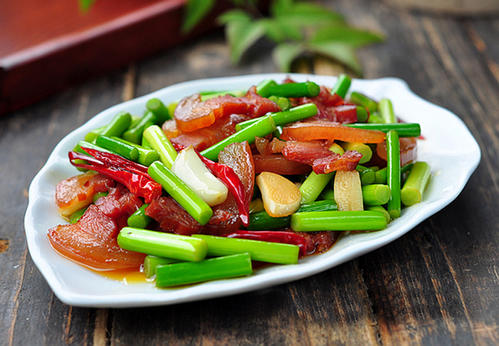 腊肉炒蒜苔,这样做蒜苔才能好熟又入味